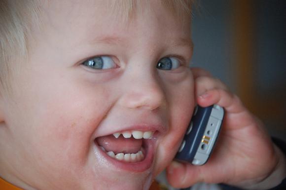 Så här glad blev Olle, när han hörde mamma Karin i telefonen. Morfar Bengt Sjölund tog bilden. - Bengtsjolund