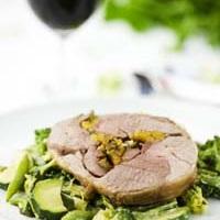 Läcker lammstek med stekta gröna grönsaker