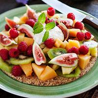 Rawfoodkaka med frukt, bär och limecrème