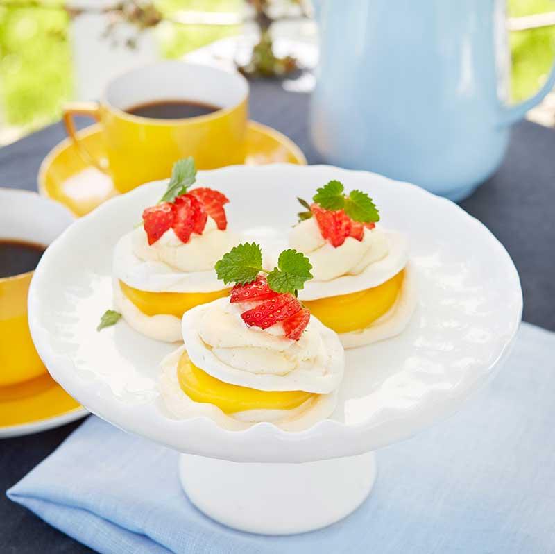 Mini-pavlova med lemon curd och färska bär