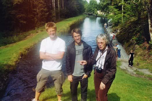Kanalbåt på Kinda kanal med barnbarnen