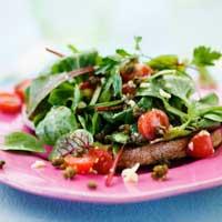 Läcker sallad med friterad kapris på surdegsbruschetta