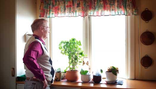 Med grannarnas hjälp kan Hans bo kvar i huset