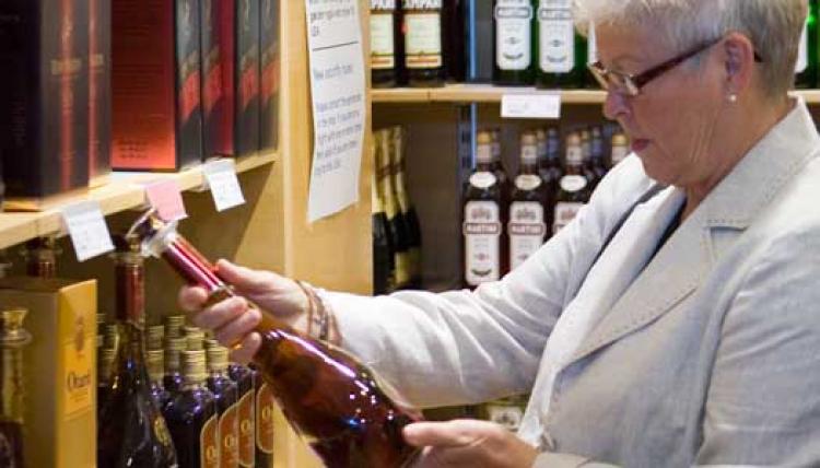 Farligare för äldre att dricka alkohol