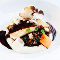 Recept på halstard gös med rödvinssås, gröna linser och blomkålspuré