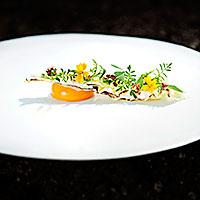 Ägg av fin höna med snabbsyltad spetskål, blommor och fyrkorn