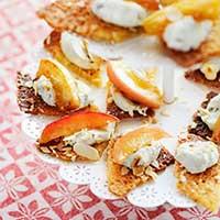 recept, tilltugg, mandelflarn med knäckigt äpple och roquefortost