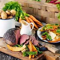 Grytstekt älgstek med tranbärsgräddsås och ugnsbakade grönsaker