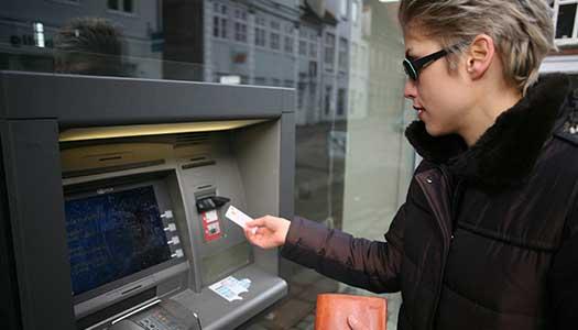 Svenskarna vill få använda kontanter