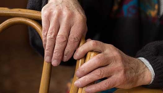 Än faller äldre mellan stolarna