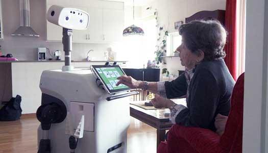 Robot flyttar in i äldres hem