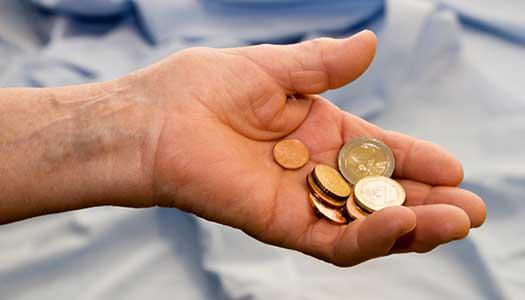 Domstol avgör om vården tvingas ta kontanter