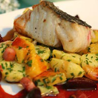 Halstrad sej med potatis, röd- och gulbeta rökt sidfläsk och rödbetskalvsky, serveras med pepparrotscrème