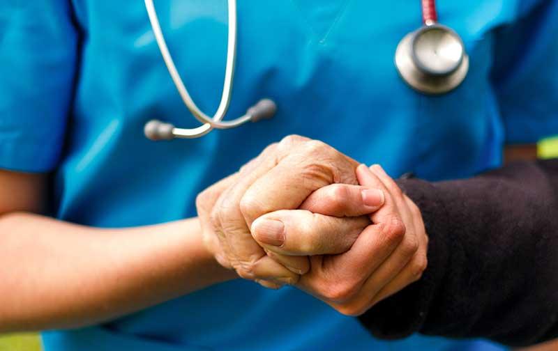 Vill att äldre vårdas av utbildad personal