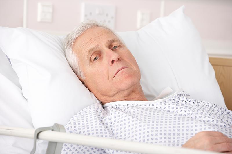 Äldre tvingas ligga kvar längre på sjukhus