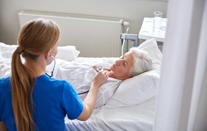 Äldre kvinnor förfördelas i vården