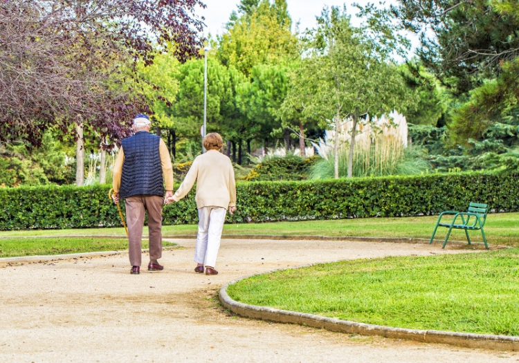 Enkelt hjälpa sköra äldre promenera