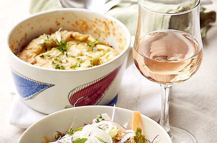 Ädelostpaj med sallad och varm vinägrett