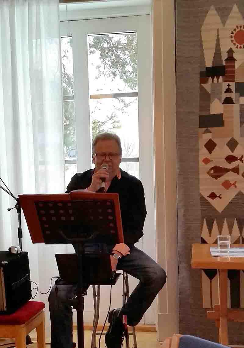 Dansbandsmusikern Kent Hällqvist underhöll SPF Seniorerna Bjurholm