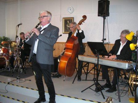 Musikcafé med Swing på Majstångsbacken.