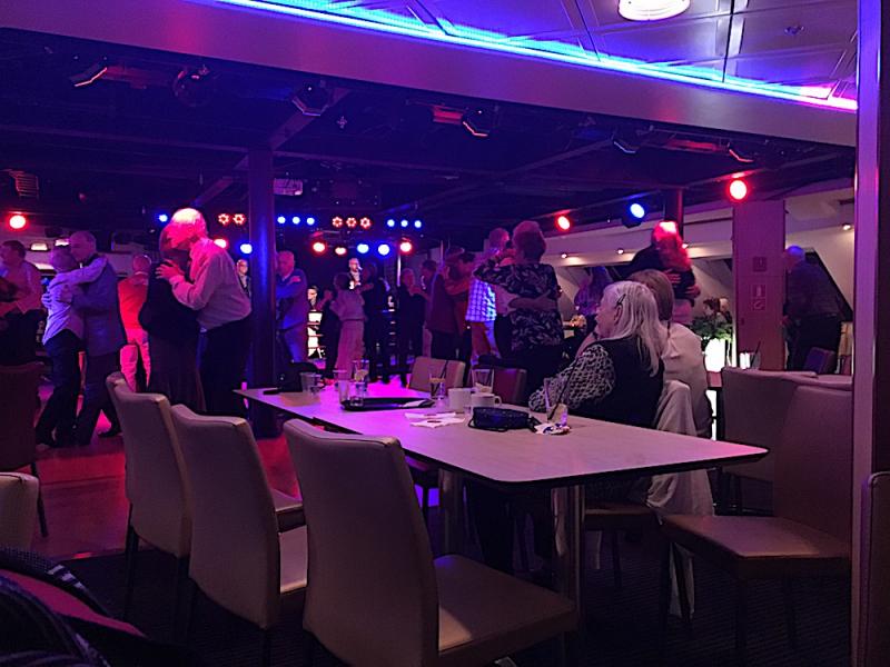 Husbys seniorer dansade in våren på Ålands hav