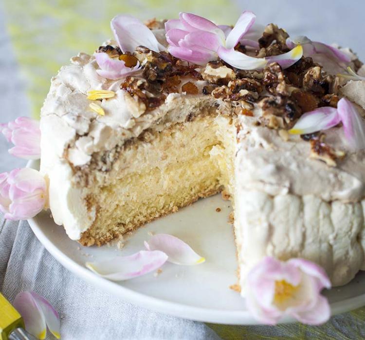 Tårta med valnötsmaräng och äpple