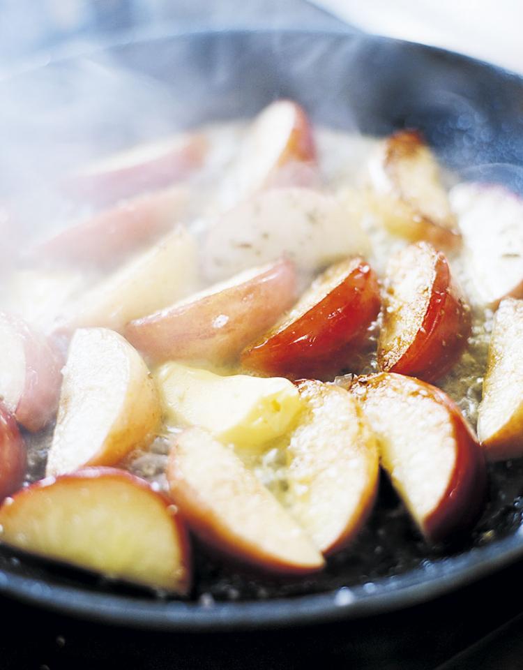 Sallad med nystekta äpplen