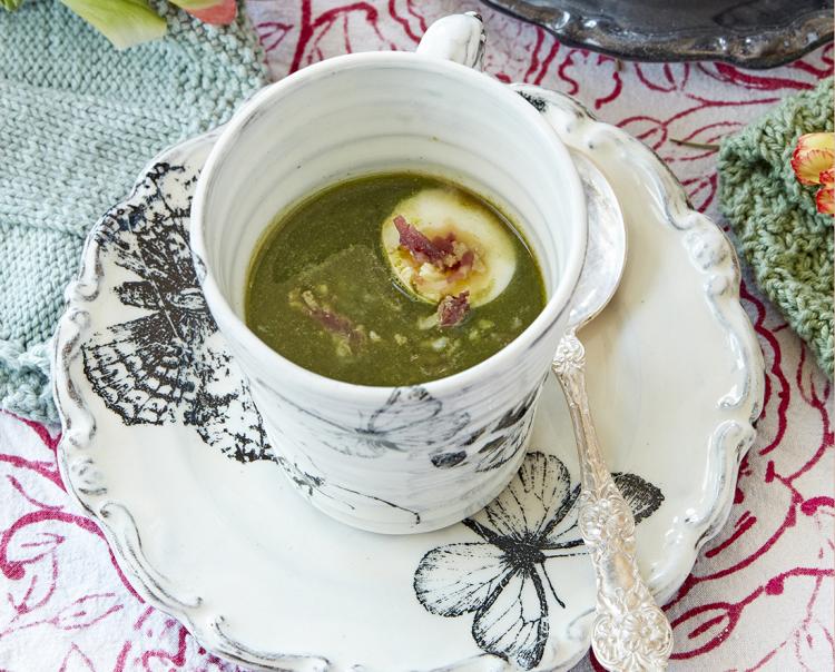 Vårgrön soppa med ägghalva och baconfras