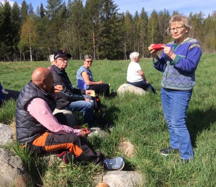 Solsken och regn på vårens skogsvandringar hos SPF Seniorerna Falun