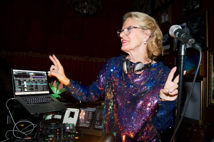 Sveriges äldsta kvinnliga dj ordnar disko runt om i landet