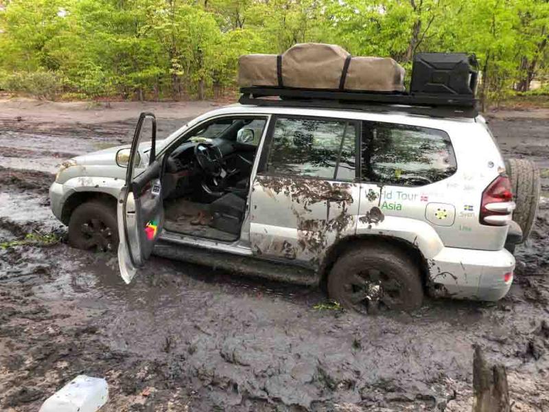 Bilen sitter hjälplöst fast i leran