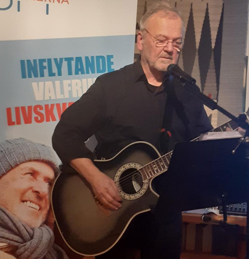 Kent Ärletun underhöll med gitarr och sång