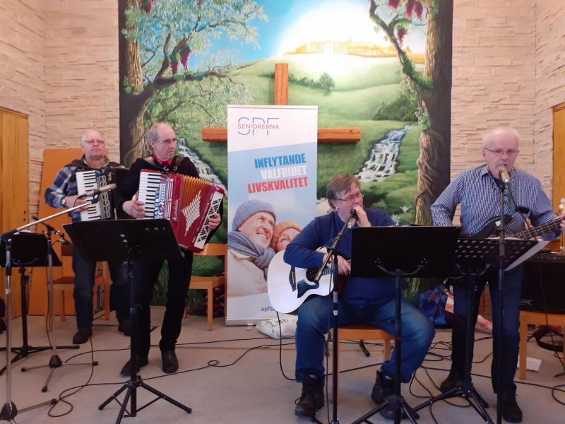 Husbandet underhöll på SPF Seniorerna Bjurholms årsmöte