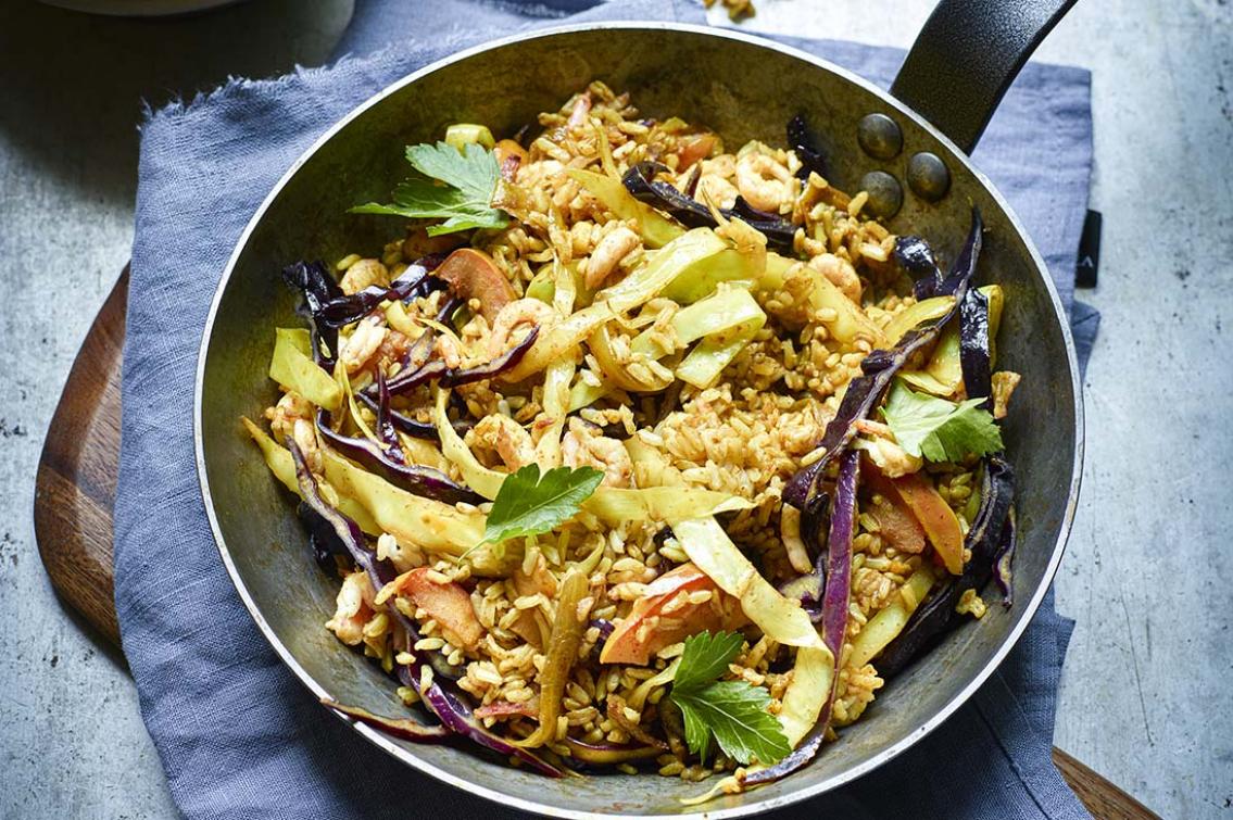 Strimlad vit- och rödkål med ris, räkor och curry