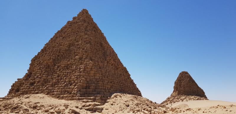 Pyramider och öken