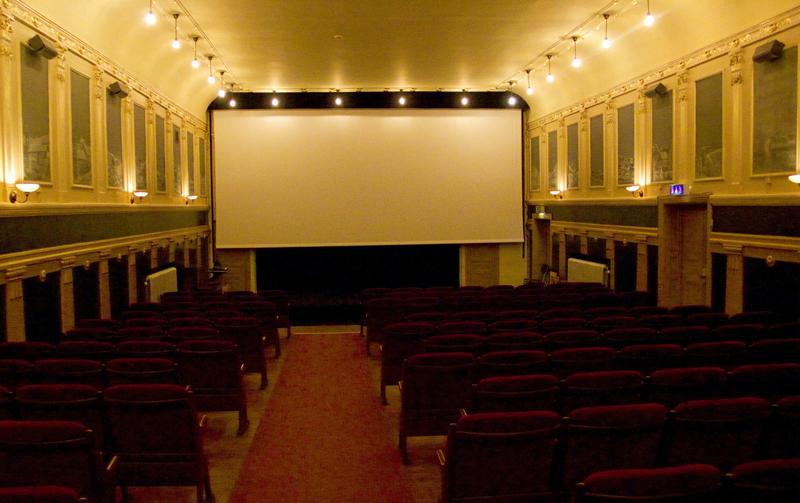 Hyrde biograf och bjöd in ensamhushåll