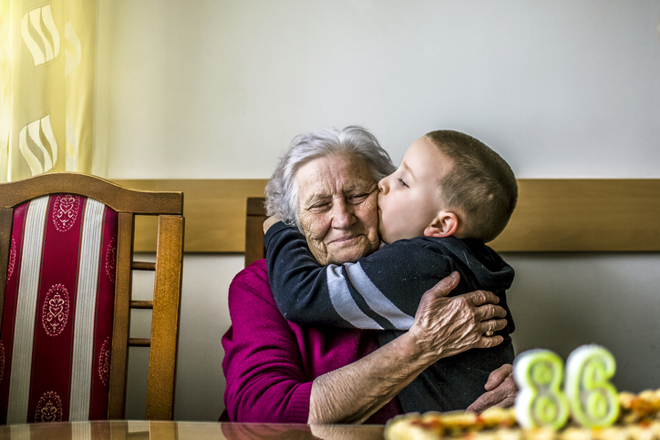 Färdigvaccinerade kan krama barnbarnen igen